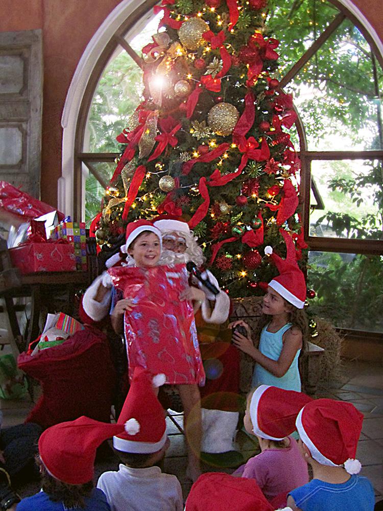 Santa le entrego a todos los pequeños miembros regalos